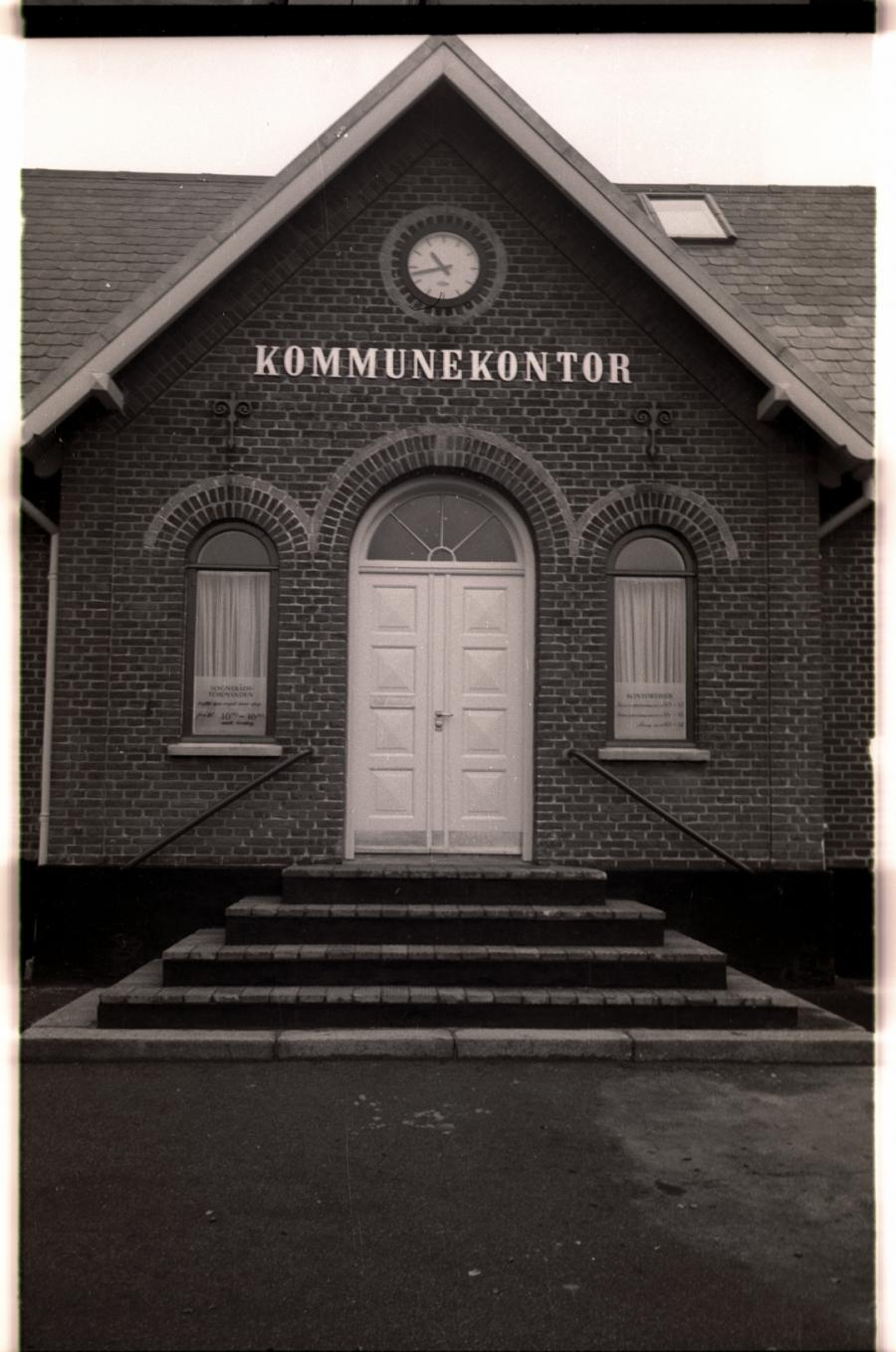 Foto N6022307 – Lille Bjellerup: gård, direktørbolig for teglværk, kommunekontor og nu bibliotek. Ejendommen på Udbyhøjvej har rummet mange ting gennem tiden. Foto: Randers Stadsarkiv